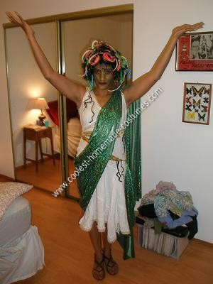 Homemade Medusa Wig http://www.coolest-homemade-costumes.com/coolest-homemade-medusa-adult-halloween-costume-8.html